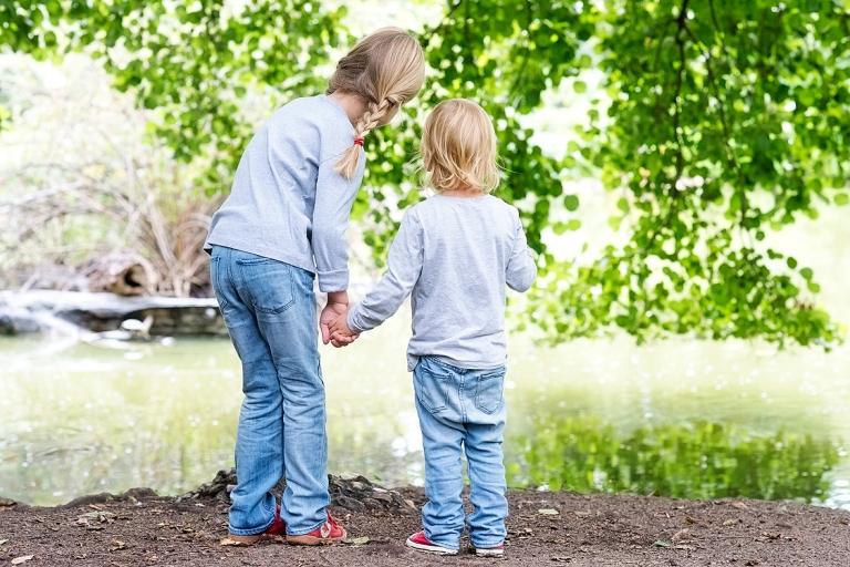 familienfotografie frankfurt kinderfotografie lifestylefotografie Schwestern am teich