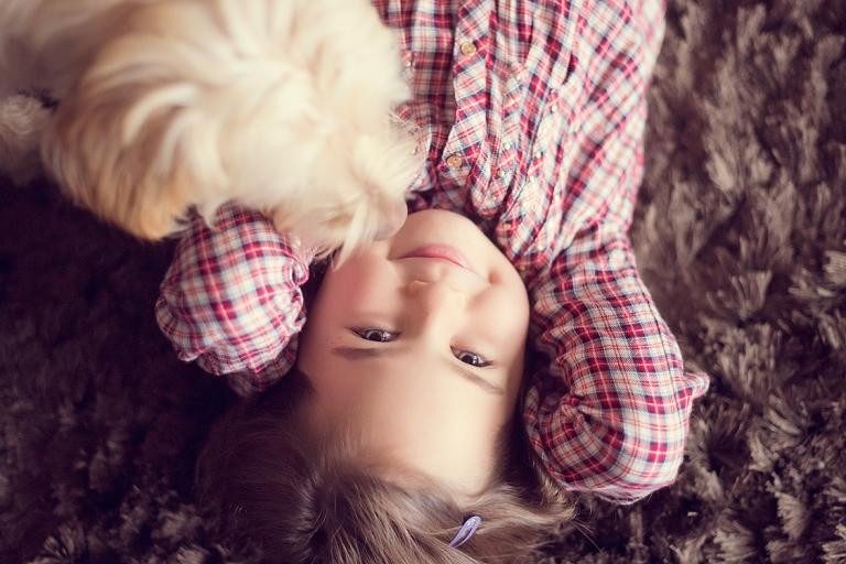 familienfotografie frankfurt kinderfotografie lifestylefotografie kind mit hund