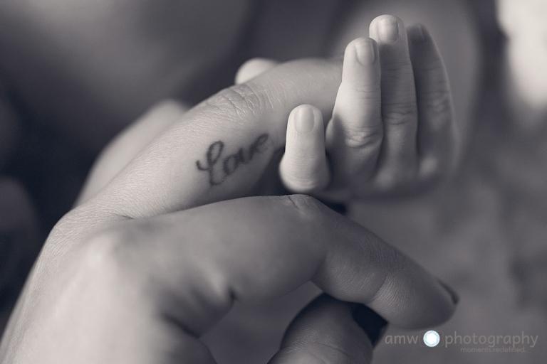 neugeborenenfotografie frankfurt baby hand halten mutter tattoo love liebe