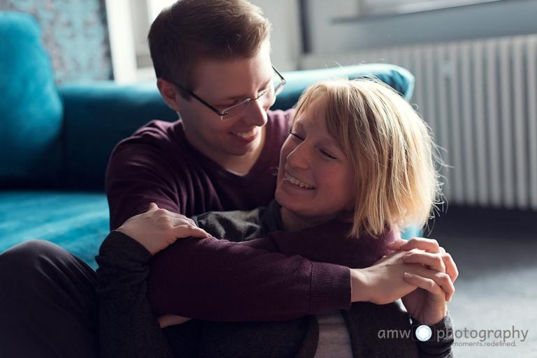 paar couch lachen engagementshooting hochzeitsfotografie frankfurt homestory Hanau