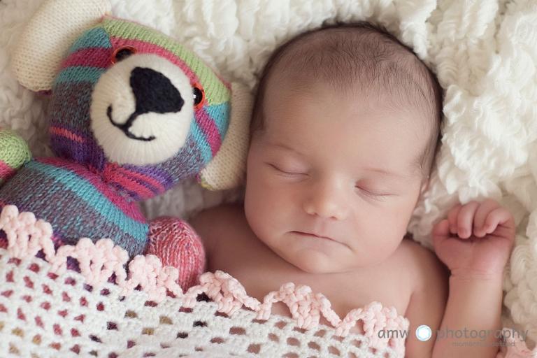 Baby mit kuscheltier neugeborenenfotografie hanau frankfurt hebamme finden babybilder babyfotografin nidderau