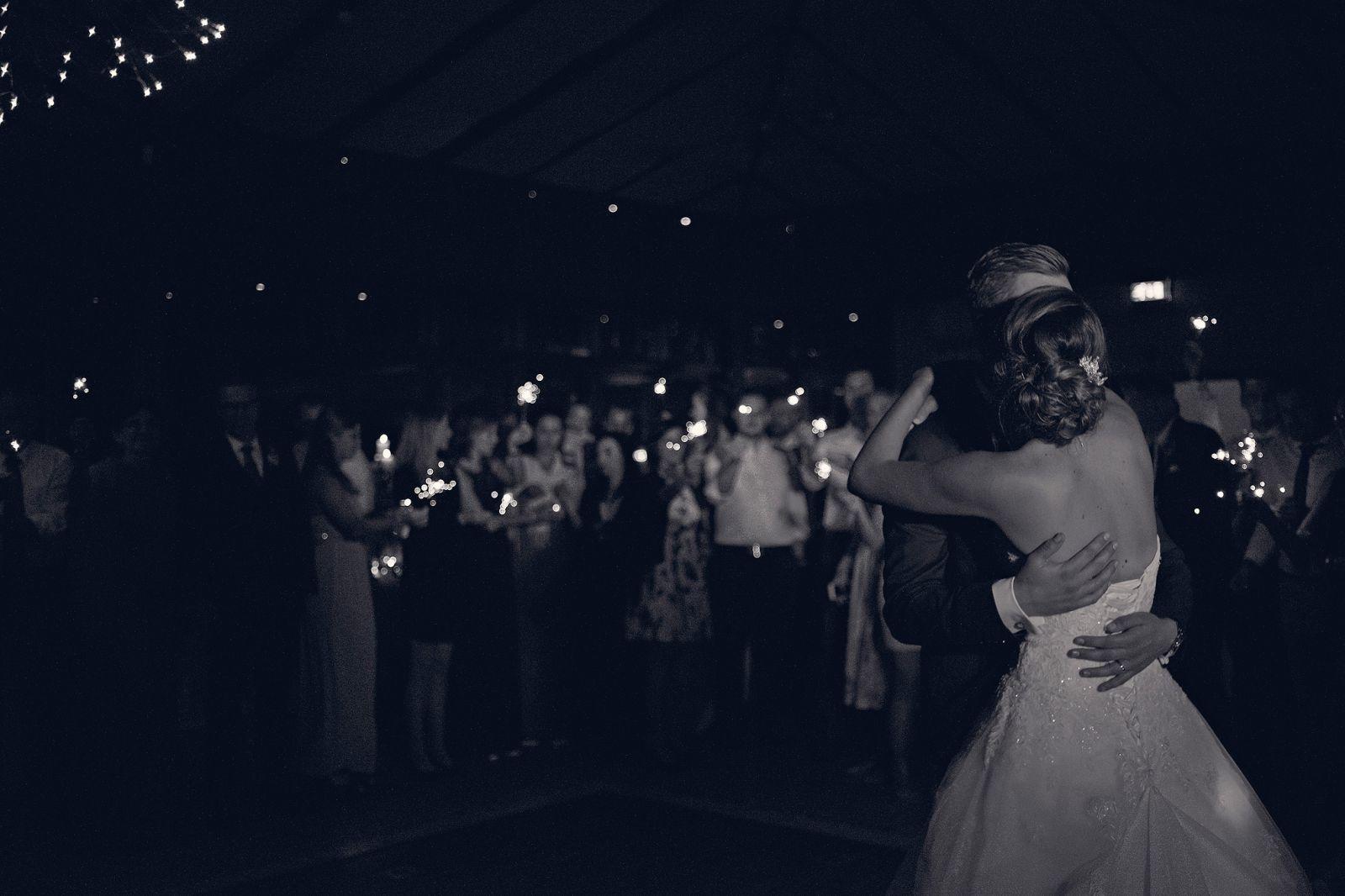 romantischer hochzeitstanz mit wunderkerzen heiraten in frankfurt freie trauung taunus hochzeitsfotografin hochzeitsreportage