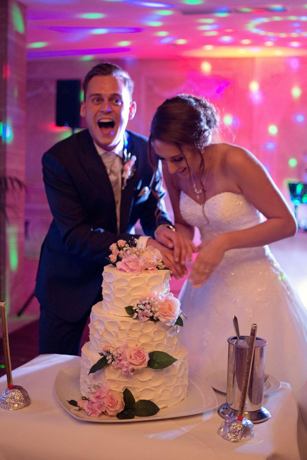 hochzeitstorte brautpaar anschneiden heiraten in frankfurt freie trauung taunus hochzeitsfotografin hochzeitsreportage