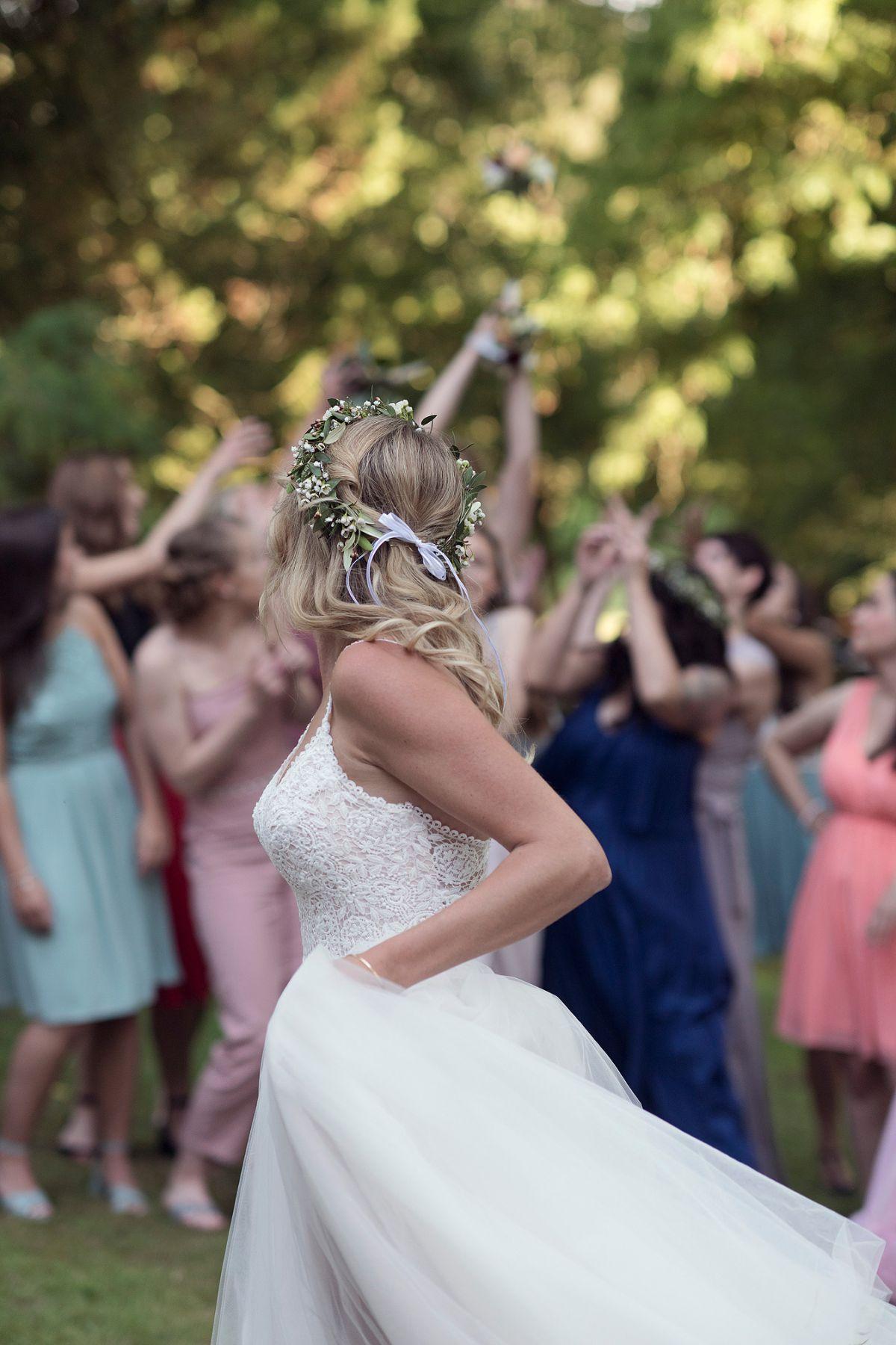 brautstrauß werfen braut blumen bad salzhausen parksaal heiraten in frankfurt freie trauung taunus hochzeitsfotografin hochzeitsreportage boho bride