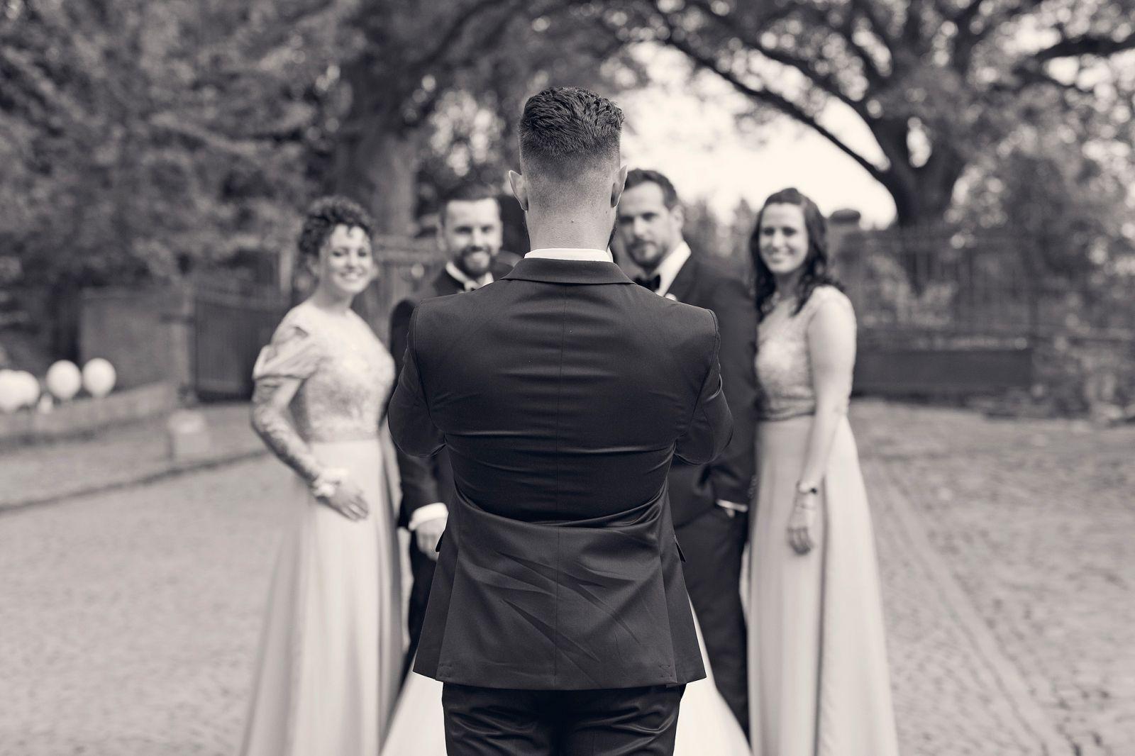 gruppenbilder sektempfang obermühle langenselbold heiraten in frankfurt freie trauung taunus hochzeitsfotografin hochzeitsreportage