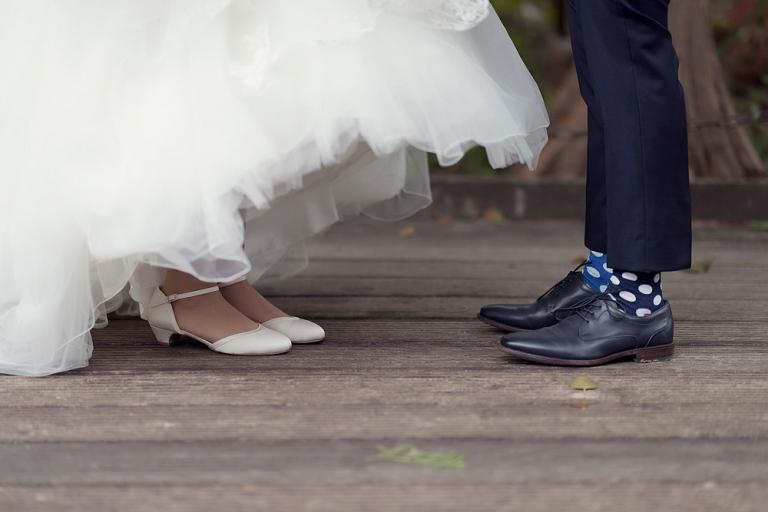 team Brautpaar Tipps für Verliebte von einer hochzeitsfotografin in frankfurt am main hessen nidderau fotograf hanau bruchköbel bunte socken zum hochzeitsanzug mit turnschuhen