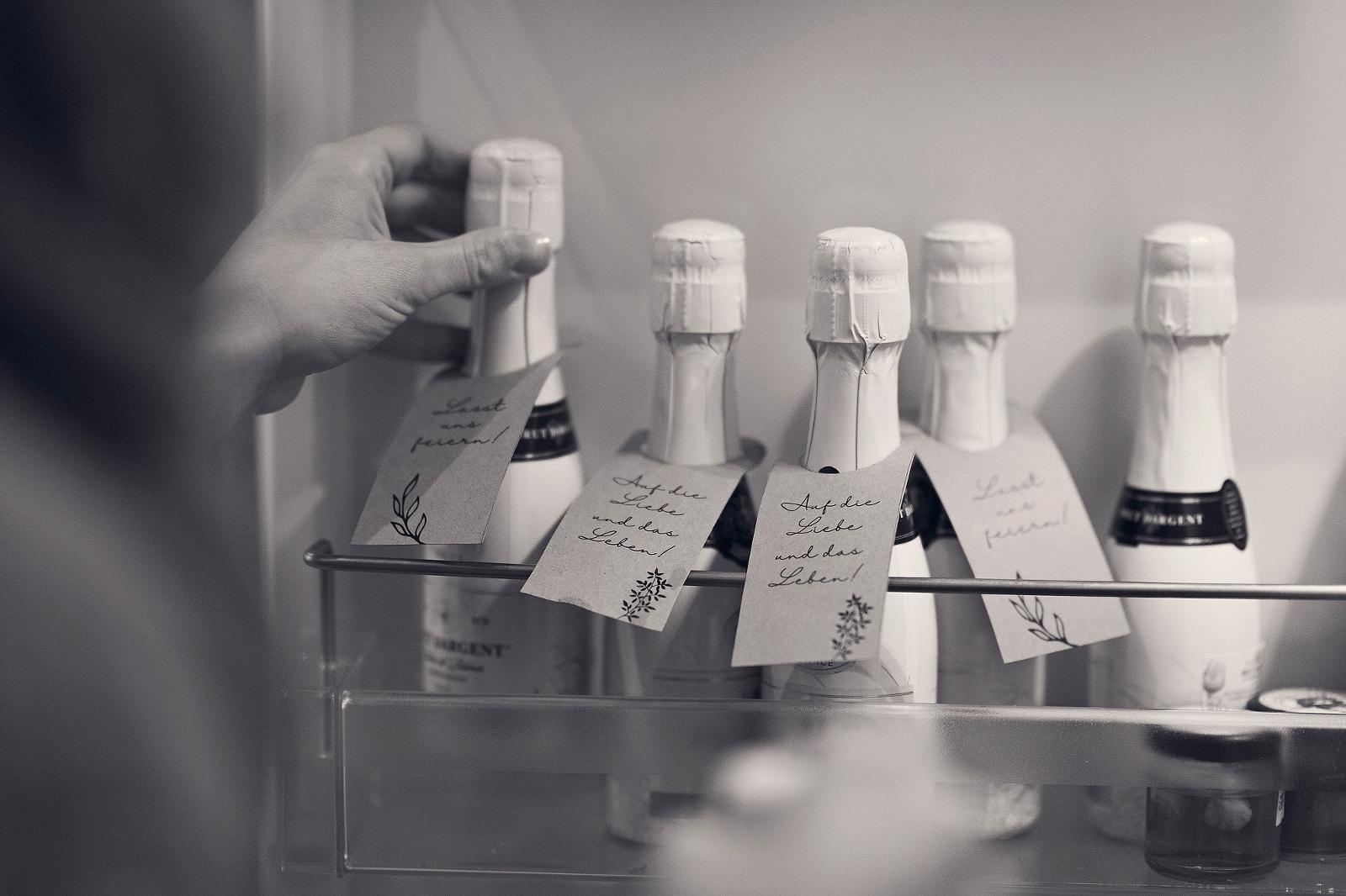 moderne hochzeitsfotografie in frankfurt am main getting ready braut kleine sektflaschen auf die liebe