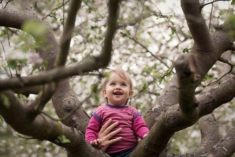 kinderfotos nidderau und bruchköbel kinder fotografieren in frankfurt am main familienbilder im frühling mit apfelbaumblüten familienfotografin