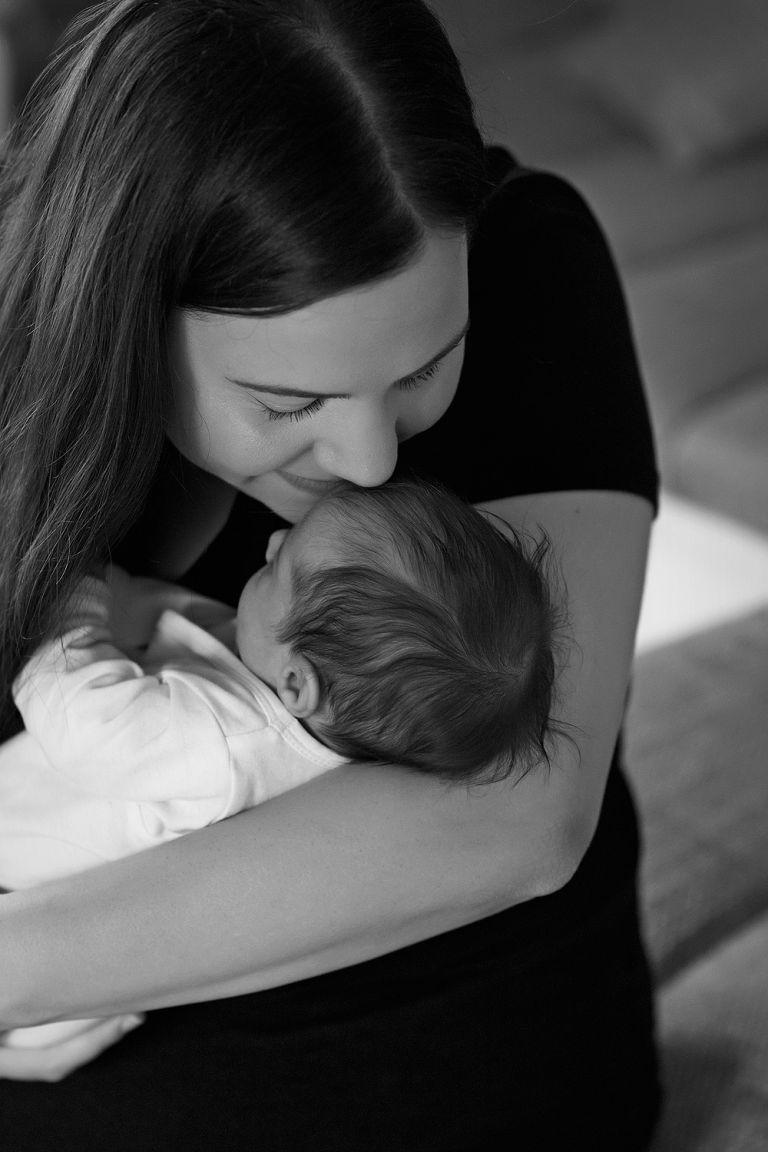 mama verliebt in baby babybilder babyfotograf frankfurt fotografin hanau babyfotos taunus neugeborenenbilder fotos vom säugling