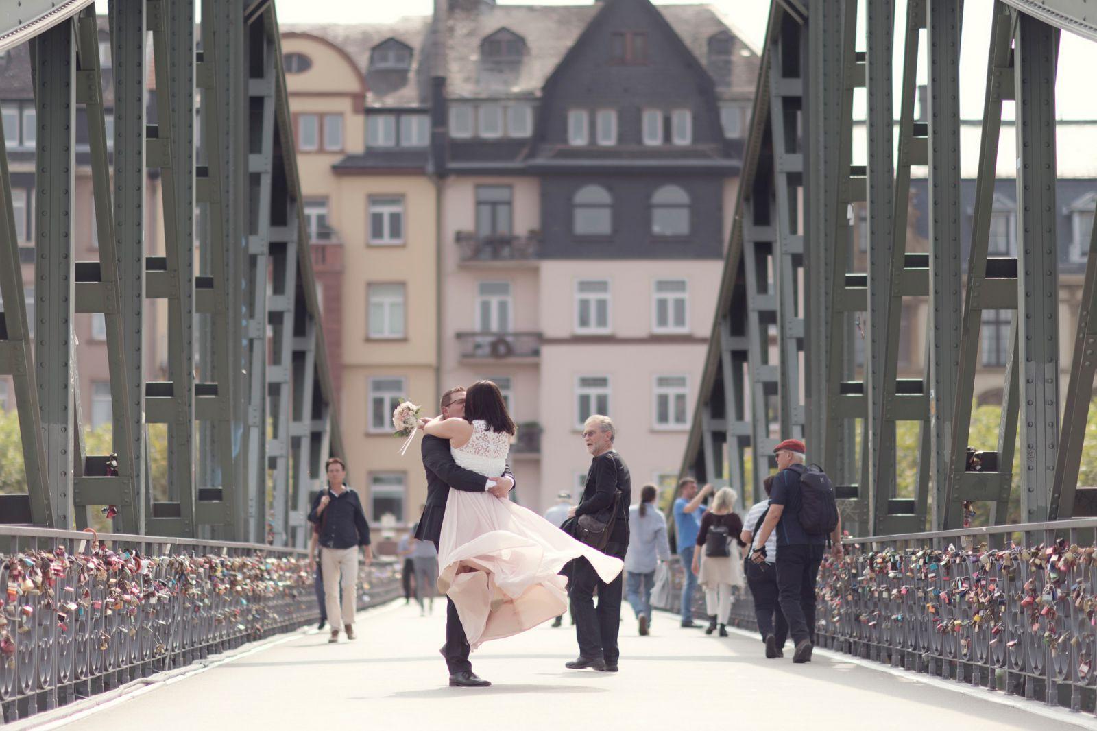 brautpaarbilder am eisernen steg heiraten in frankfurt am main standesamt römer
