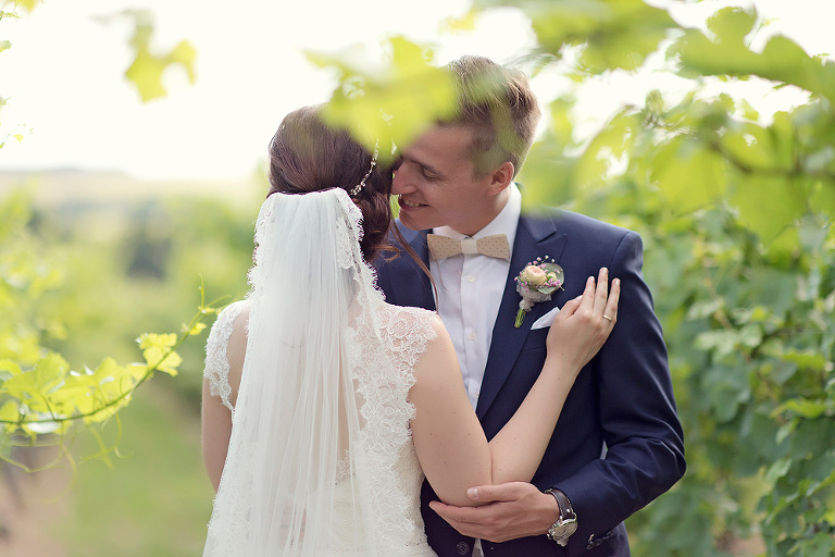 brautpaar in den weinbergen ansteckblumen bräutigam hofreite am schloss massenheim taunus