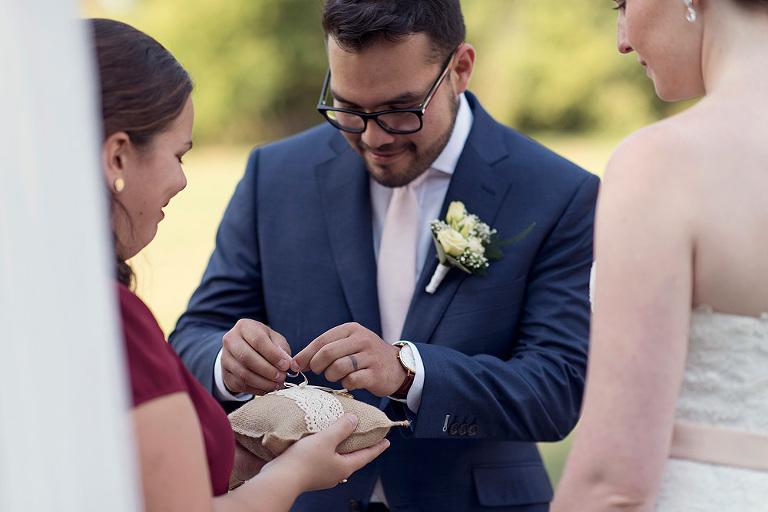 heiraten in hessen ringkissen eheringe alternativen hochzeitslocation obermühle langenselbold freie trauung karen schleppy ringtausch brautpaar
