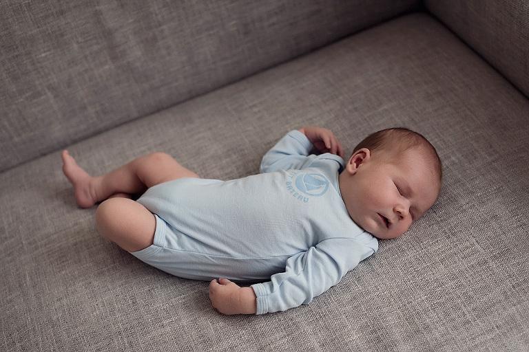 baby auch couch babybilder babyfotograf kinderfotograf frankfurt nidderau bruchköbel fotografin neuberg schlichte und natürliche Familienfotografie