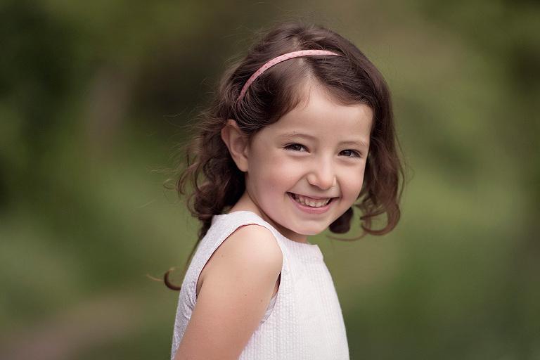 geschwisterbilder kinderfotograf familienfotografin nidderau familienbilder windecken wiese spaß
