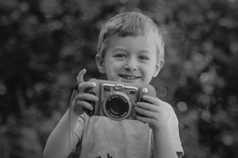 junge fotografiert kind spielt auf musik instrument kinderfotografin frankfurt bilder kinderfotos kindheit hobby fotograf nidderau altenstadt darmstadt