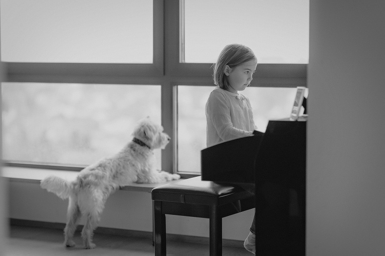 klavier und hund kind spielt auf musik instrument kinderfotografin frankfurt bilder kinderfotos kindheit hobby fotograf nidderau altenstadt darmstadt